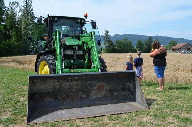 Regierungsrat Markus Dieth besucht in Wettingen die dritte Ausgabe des Maislabyrinths:Der grosse Traktor wird erkundet.