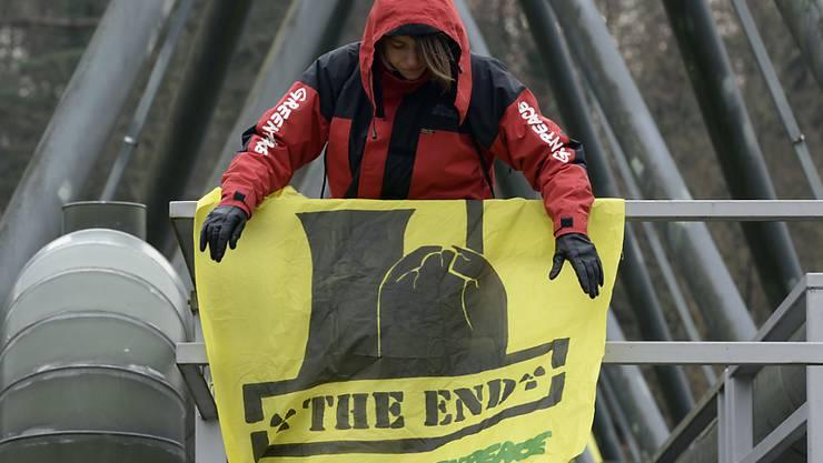 Zwei der 68 Greenpeace-Aktivisten, die im März 2014 das KKW Beznau stürmten, werden angeklagt und müssen sich wegen Hausfriedensbruch und Sachbeschädigung vor Gericht verantworten (Archiv).