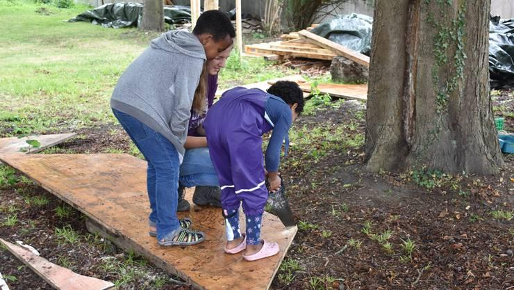 Die Kinder helfen beim Bau des Spielplatzes mit.