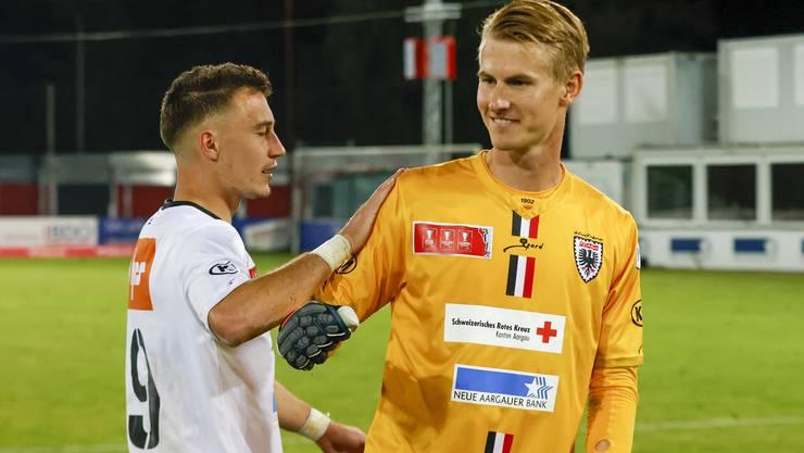 FCA-Goalie Simon Enzler wird beglückwünscht von Liridon Balaj (links), der als einziger Aarauer im Penaltyschiessen patzte