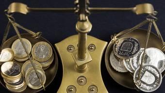 Spekulationen der Anleger auf eine mögliche Zinserhöhung der EZB haben am Montagmorgen der Stärke des Frankens gegenüber dem Euro entgegen gewirkt. (Symbolbild)