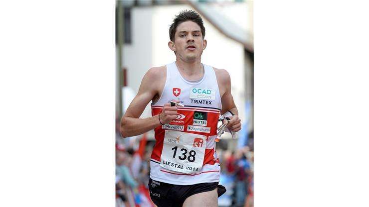 Der Schweizer Fabian Hertner beim Zieleinlauf am Orientierungslauf-Weltcupfinal in Liestal über die Sprintdistanz.