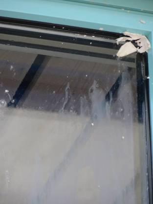 Auch die Fenster und Türen der Schule wurden mit Eiern beworfen.
