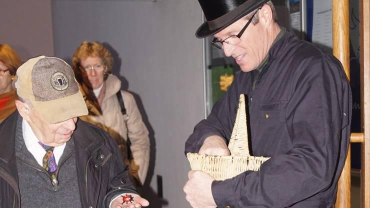 Der Spreitenbacher Kamifeger Roland Frei verteilte vor dem Neujahrsapéro mit seinen Glückskäfer jedem Besucher etwas Glück fürs angebrochene Jahr