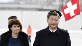 Doris Leuthard empfängt Chinas Präsident Xi Jinping am Flughafen Zürich (Januar 2017).