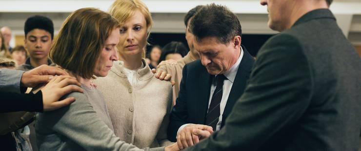Die Glaubensgemeinschaft um den Priester (Urs-Peter Wolters, rechts) will Ruth (links) den Teufel austreiben.