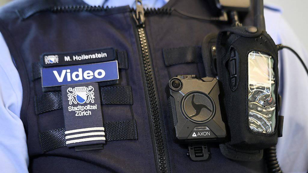Noch ist erst eine Puppe der Zürcher Stadtpolizei mit einer Bodycam ausgerüstet. Im kommenden Jahr soll dann ein Pilotversuch mit acht Kameras starten.