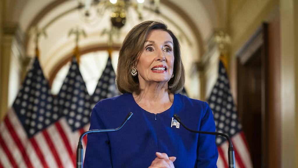 Die Präsidentin des Repräsentantenhauses, die Demokratin Nancy Pelosi, hat am Dienstagabend zum Schlag gegen US-Präsident Donald Trump ausgeholt.