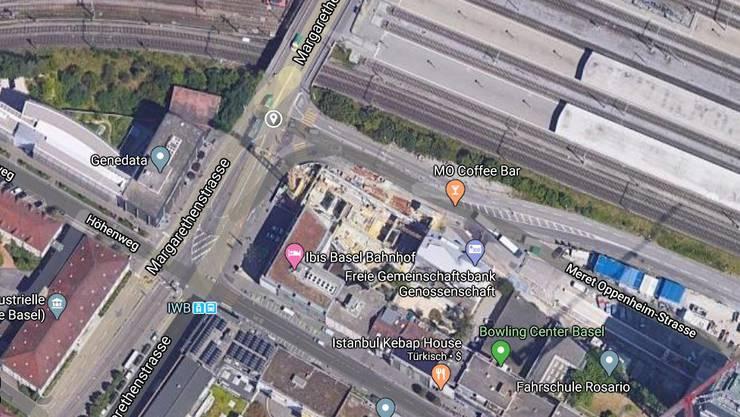 Beim Einbiegen in die Meret Oppenheim-Strasse übersah ein Lastwagenlenker einen Velofahrer und erfasst ihn.