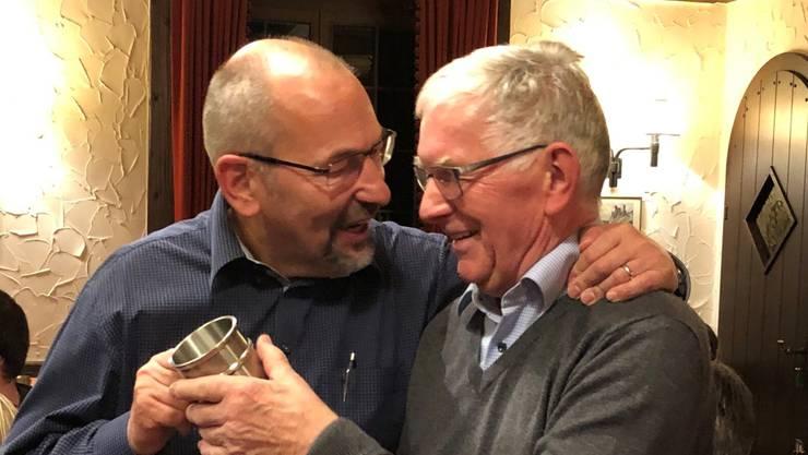Co-Präsident Martin Brunner ehrt den austretenden Ehrenpräsidenten Konrad Brunner