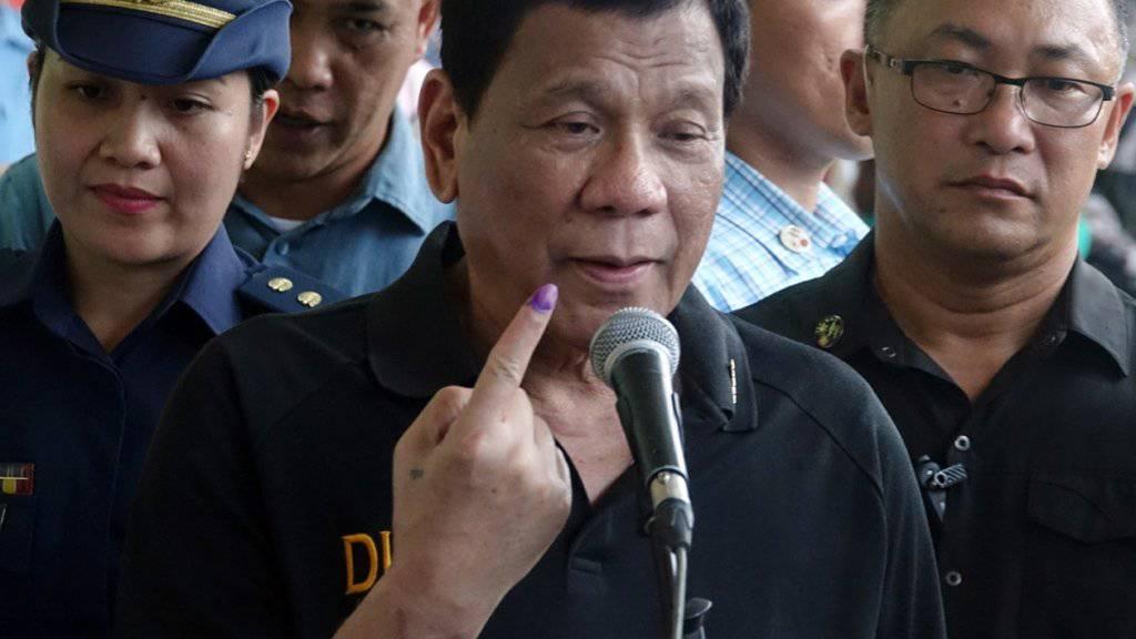 Der Präsident auf den Philippinen Rodrigo Duterte (Mitte) konnte seine Machtbasis bei der jüngsten Wahl ausbauen. (Archivbild)