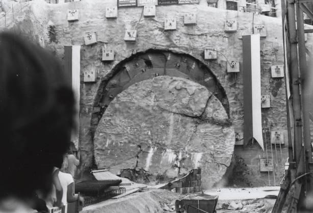 Durchstich an der ersten Tunnelröhre beim Gubrist am 15. Juli 1981.