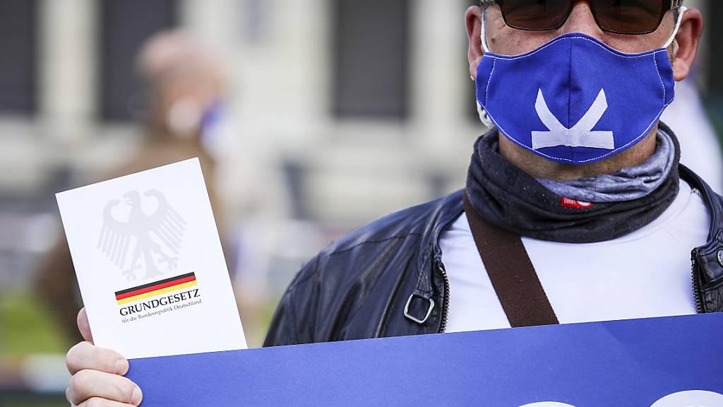 Tausende protestieren in ganz Deutschland gegen Corona-Beschränkung