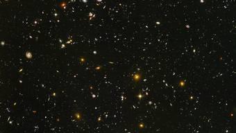 """Tiefer Blick in die Vergangenheit des Alls: Das """"Hubble""""-Teleskop erspähte Galaxien kurz nach dem Urknall."""