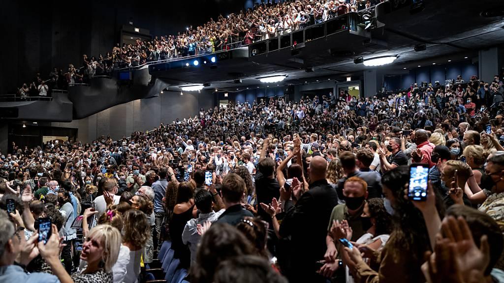 dpatopbilder - Die ersten Vorstellungen von vier großen Hit-Musicals sollen am New Yorker Broadway am Dienstagabend (Ortszeit) die Theater-Rückkehr nach der Corona-Pandemie einläuten. Die Zuschauer sind begeistert. Foto: Craig Ruttle/AP/dpa