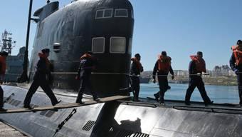 """Angehörige der russischen Marine auf dem U-Boot """"Saporoschoje"""""""