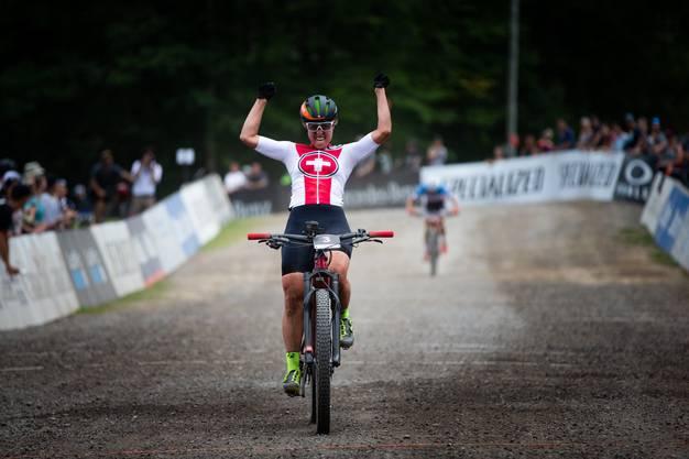 Nathalie Schneitter fährt an der E-MTB-WM in Kanada mit 5 Sekunden Vorsprung ins Ziel.