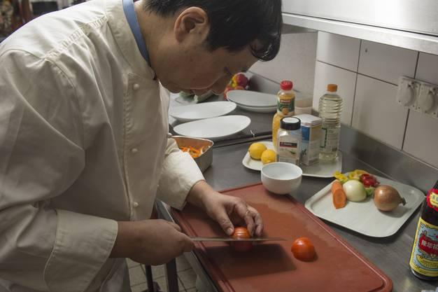 Tomaten werden für die Dekoration zugeschnitten.