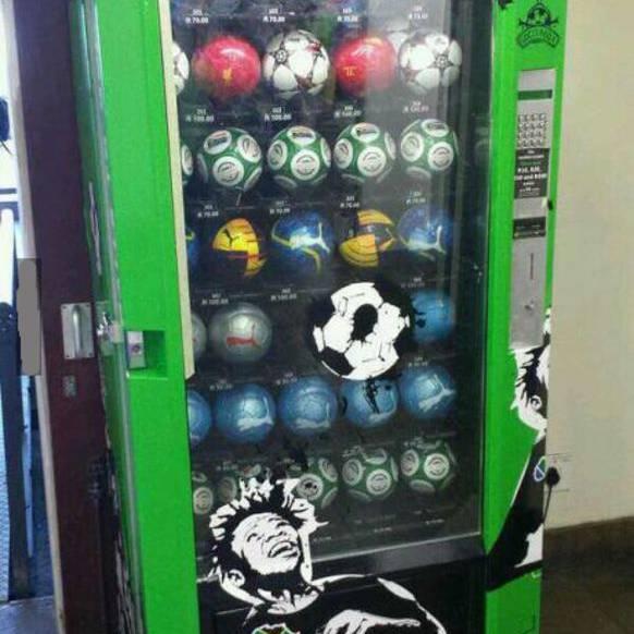 Fussball-Automat: Wenn beim Fussballtreff niemand an den Ball gedacht hat, hilft dieser Automat weiter.
