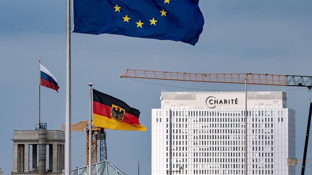 ARCHIV - Die russische Flagge ist auf der Botschaft der Russischen Föderation in Berlin Mitte, nicht weit vom Bettenhaus der Charité, gehisst. Im Vordergrund wehen die deutsche und die europäische Flagge auf einem Ministerium. Foto: Bernd von Jutrczenka/dpa