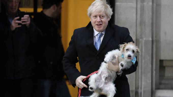 Mit Hund zum Wahlbüro. Ob sich so noch letzte Anhänger finden lassen?