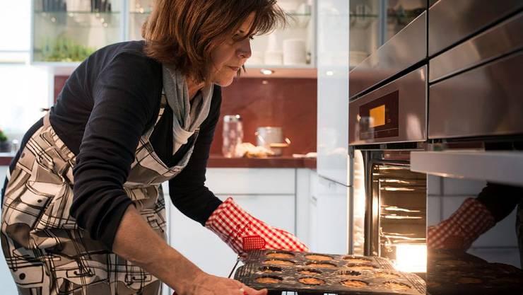 Hélène Vuille backt dieses Jahr Mini-Nusstorten statt Chräbeli und Spitzbuben
