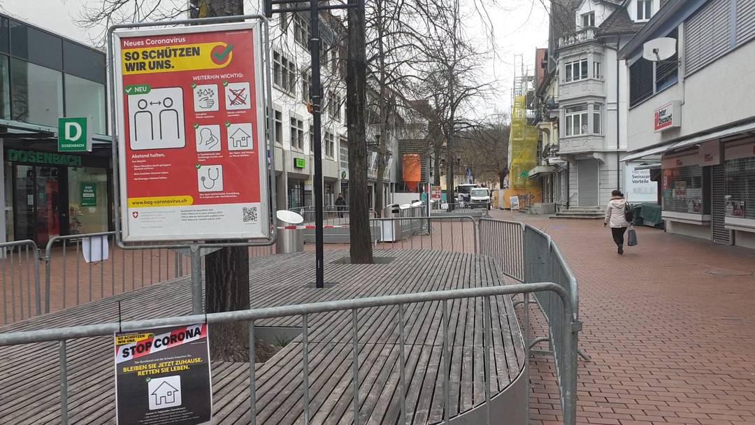 Geisterhafte Leere in der Brugger Innenstadt: Rund um den Neumarkt sind die Sitzgelegenheiten abgesperrt