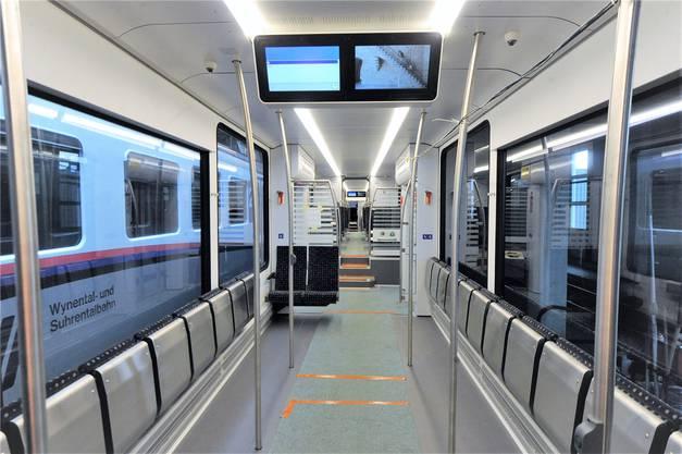 Wenn die anderen Sitzplätze belegt sind, stehen im geräumigen zentralen Abteil des mittleren Waggons noch zahlreiche Klappsitze und Stehplätze zur Verfügung.