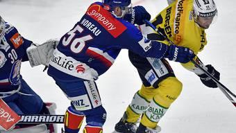Der ZSC-Spieler Maxim Noreau (links) musste gegen seinen ehemaligen Klub vorzeitig unter die Dusche