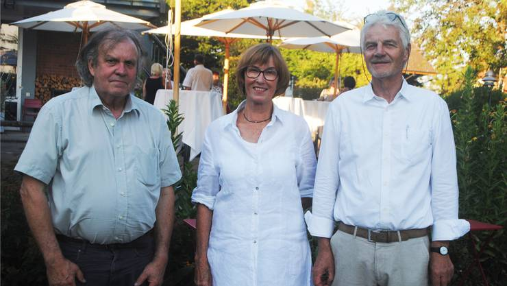 Freuen sich auf die Aufführungen: Oskar Fluri (Bühnenbild), Anna Messerli (Ehrenpräsidentin Verein Freunde Sommeroper) und Präsident Erwin Egli (von links)
