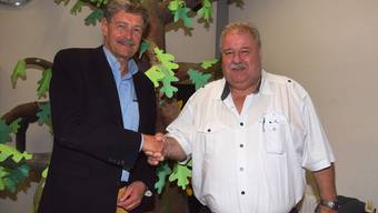 Hans Vogel, Gemeindeammann in Scherz (links), und Richard Plüss, Gemeindeammann in Lupfig, freuten sich nach den Gemeindeversammlungen im Juni 2016 darüber, dass der Zusammenschluss-Vertrag klar angenommen wurde. mhu
