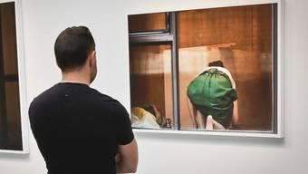 Ein Besucher betrachtet die kontroversen Bilder in der Gallerie