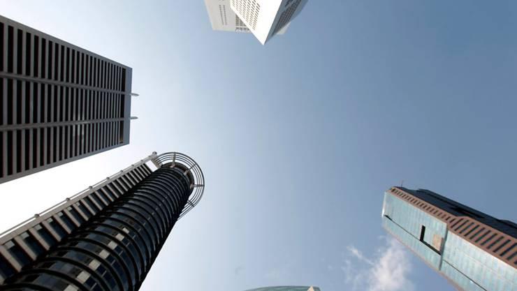 Ein Blick auf das Geschäftsviertel in Singapur. Mit einem ausgefeilten System sollen zwei Männer und eine Frau in Singapur die Nachfrage nach wertlosen Aktien in schwindelerregende Höhen getrieben haben. Sie werden wegen Marktmanipulation angeklagt.