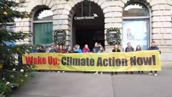 In einem offenen Brief wenden sich die Klimastreikenden der Schweiz am Dienstagmorgen auf dem Paradeplatz in Zürich an die Credit Suisse.