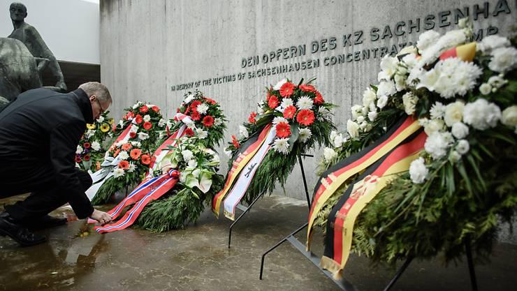 Kränze am Holocaust-Gedenktag beim früheren Konzentrationslager Sachsenhausen bei Berlin.
