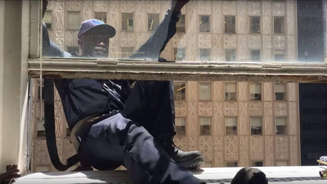 Er hat Nerven aus Stahl: Charlie ist der letzte Fensterputzer in New York, der noch an Lederiemen an der Fassade hängt.