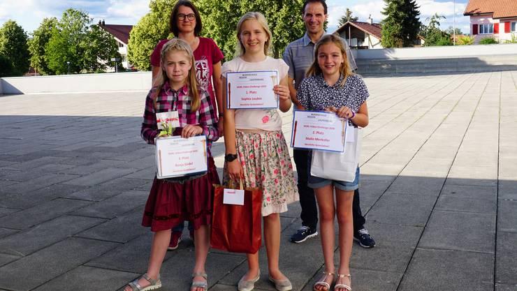 vorne von links ( Ronja Güdel, Kaisten, Sophia Leubin, Laufenburg, Malin Merkofer (Kaisten)   hinten links Monika van Diest, Co-Präsidentin MSRL und Stefan Büchi Musikschulleitung