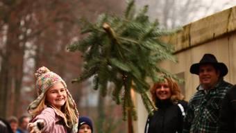 Das Weihnachtsbaum-Werfen in Bünzen gehört zur Tradition. (Archiv)