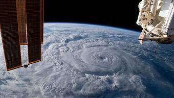 HANDOUT - Auf diesem von der US-Raumfahrtbehörde Nasa zur Verfügung gestellten Bild ist der Hurrikan «Genevieve» aus der ISS vor der mexikanischen Westküste zu sehen. Der Hurrikan hat die Halbinsel Baja California mit hohen Wellen und anhaltenden Windgeschwindigkeiten von 120 Kilometern pro Stunde überzogen. Foto: Nasa/dpa - ACHTUNG: Nur zur redaktionellen Verwendung und nur mit vollständiger Nennung des vorstehenden Credits