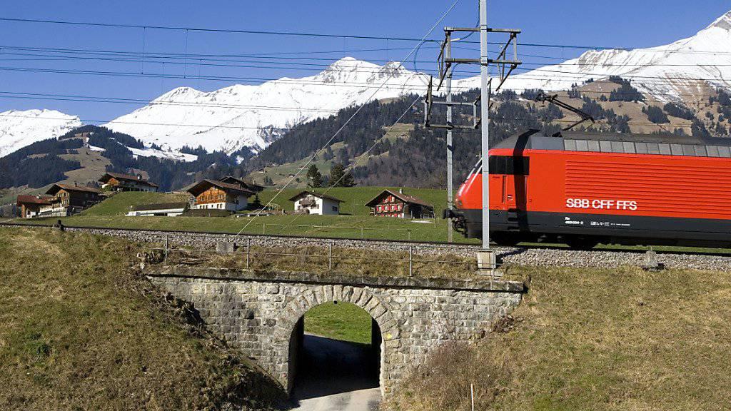 Die SBB ist im ersten Halbjahr gut unterwegs. Eine Lokomotive der SBB auf der Lötschberg-Linie bei Frutigen BE. (Archivbild)