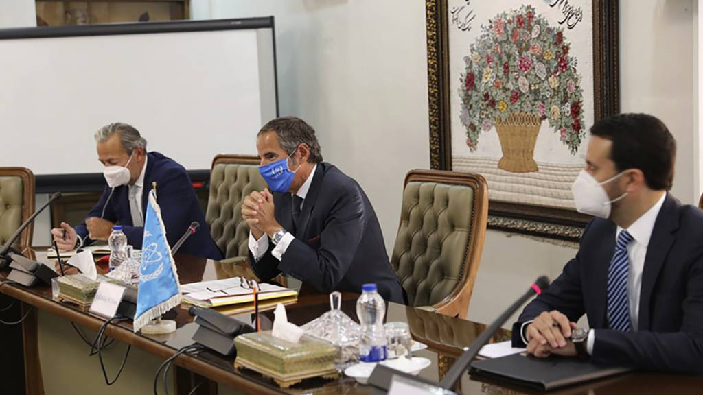 HANDOUT - Rafael Mariano Grossi (M), Generaldirektor der Internationalen Atomenergiebehörde (IAEA), bei einem Treffen mit Mohammad Eslami, Leiter der Atomenergie-Organisation des Iran. Foto: Uncredited/Atomic Energy Organization of Iran/AP/dpa - ACHTUNG: Nur zur redaktionellen Verwendung und nur mit vollständiger Nennung des vorstehenden Credits