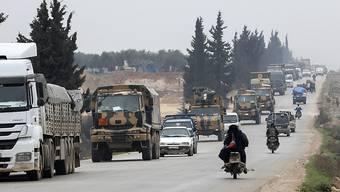 Ein türkischer Militärkonvoi fährt in den Osten der Provinz Idlib ein. (Bild vom Freitag)