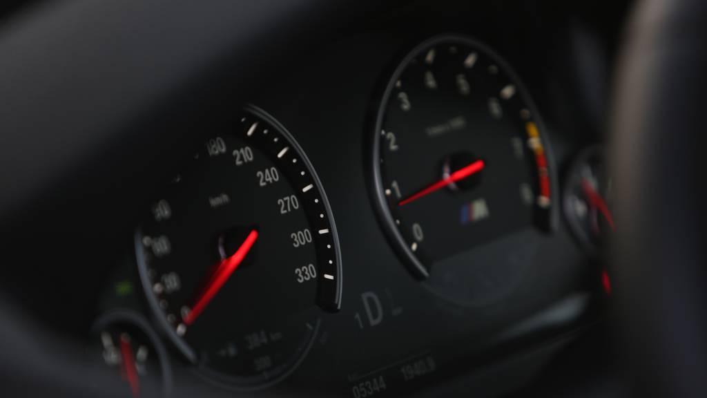 Männer liefern sich Autorennen und überfahren beinahe 2-Jährige