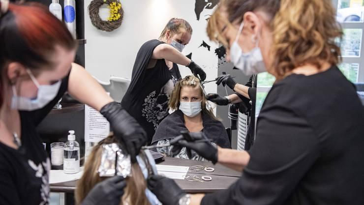 Wie erleben Coiffeusen das Arbeiten mit Schutzmasken? Im Bild sind Coiffeusen des Coiffeur Carre in Dallenwil im Kanton Nidwalden zu sehen.
