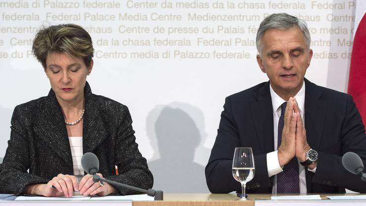 Simonetta Sommaruga und Didier Burkhalter an der Medienkonferenz zur Umsetzung der Masseneinwanderungsinitaitive im vergangenen Dezember. (Archiv)