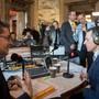 Ein RSI-Radiojournalist interviewt Ignazio Cassis nach seiner Wahl in den Bundesrat: Wie viel Platz darf die SRG in der Wandelhalle einnehmen?