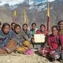 Frauen in Nepal zeigen den Brief, den sie an die Schweizer Behörden schicken.