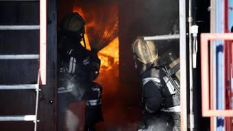 Ursprünglich hat der Mann angefangen Feuer zu legen, um mehr mit seinen Feuerwehrkollegen zusammen zu sein. Insgesamt gehen 27 Brände auf sein Konto. (Symbolbild)