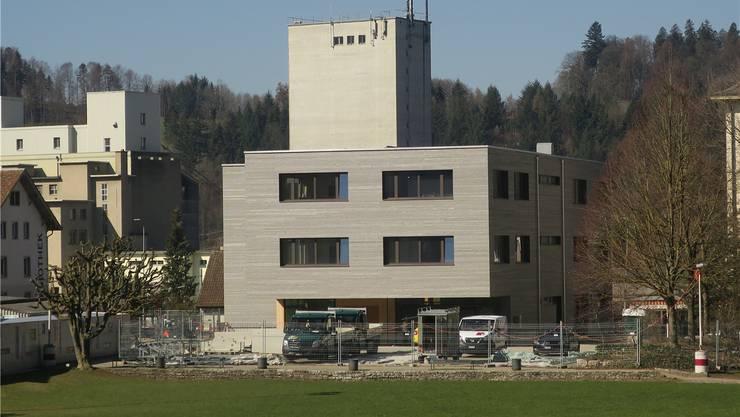 Aussen hui, innen auch bald: Die Arbeiten des neuen Schulgebäudes verlaufen plangemäss. Flurina Dünki