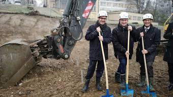 Felix Schönle, KSA-Vizepräsident, Robert Rhiner, CEO, und Sergio Baumann, Leiter Betrieb (v. r.), beim Spatenstich.